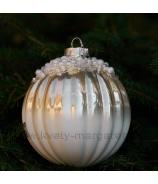 Sklenená závesná vianočná guľa plysovaná s perlami krémová 10cm
