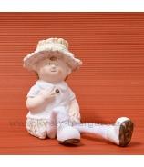 Chlapček v klobúčiku visiace nohy 23cm