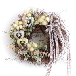 Zdobený viničový veniec kvetmi bavlnníka a srdiečkami 30cm