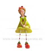 Dievčatko sediace s obutými jahôdkami