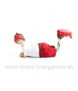 Chlapček ležiaci s obutými jahôdkami