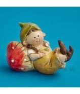 Záhradný škriatok Chlapček ležiaci na muchotrávke