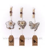 Vankúšiky na štipci kvietok, srdce a motýľ s gombíkom a visiacou cedulkou natural