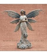 Víla s kvetinovými šatami s kyticou v náručí levanduľová 16cm