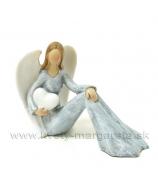 Víla anjel sediaci so srdcom na ruke sivo-biela