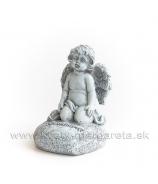 """Anjelik kľačiaci na srdci s textom """"Spomíname"""" sivý 7.5cm"""