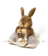 Sediaca zajačica s vajciami v košíku 22 cm